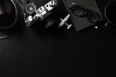 Retro macchina fotografica con il taccuino nero sullo PS nero della copia e del fondo Fotografie Stock