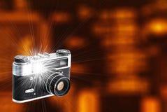 Retro macchina fotografica con un flash incorporato e un bello fondo fotografie stock