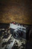 Retro macchina fotografica d'annata su un fondo di legno scuro immagini stock