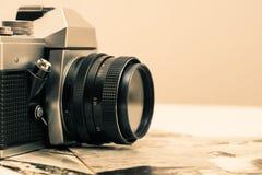 Retro macchina fotografica della foto con le vecchie fotografie Immagini Stock