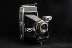 Retro macchina fotografica di formato medio su fondo scuro Fotografie Stock