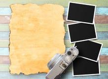 Retro macchina fotografica e vecchia foto di carta istantanea vuota Immagine Stock