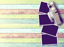 Retro macchina fotografica e vecchia foto di carta istantanea vuota Fotografia Stock