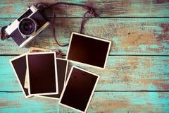 Retro macchina fotografica e vecchio album di foto di carta istantaneo vuoto sulla tavola di legno Immagine Stock
