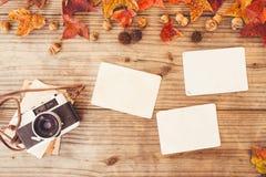 Retro macchina fotografica e vecchio album di foto di carta istantaneo vuoto sulla tavola di legno Fotografie Stock Libere da Diritti