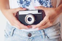 Retro macchina fotografica in mani Fotografia Stock Libera da Diritti