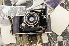 Retro macchina fotografica sui precedenti di vecchie foto Fotografia Stock