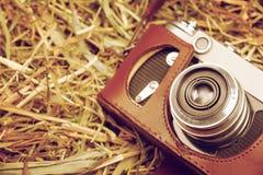 Retro macchina fotografica sul primo piano del fieno Fotografia Stock