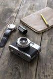 Retro macchina fotografica sulla tavola Fotografia Stock Libera da Diritti