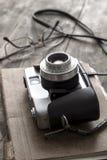 Retro macchina fotografica sulla tavola Fotografia Stock