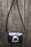 Retro macchina fotografica sulla tavola Fotografie Stock Libere da Diritti