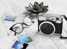 Retro macchina fotografica, vetri e vecchia foto di carta istantanea Fotografie Stock Libere da Diritti