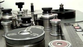 Retro machine om een oude filmfilm uit te zenden, begint te werken stock footage