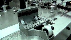 Retro machinesnijder voor filmfilm zonder een filmfilm stock videobeelden