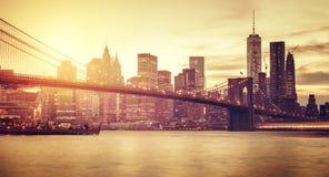 Retro Manhattan stilizzata al tramonto immagine stock libera da diritti