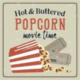Retro manifesto con i biglietti di film e del popcorn Immagine Stock