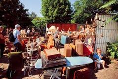 Retro materiaal en werktuigen op verkoop met een menigte van klanten Royalty-vrije Stock Afbeeldingen
