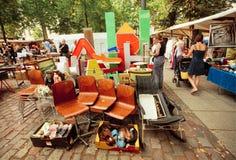 Retro materiaal, meubilair en werktuigen op verkoop van populaire vlooienmarkt Stock Foto's