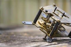 Retro meccanismo d'annata dell'orologio del movimento del movimento a orologeria su legno Immagine Stock