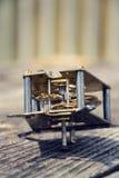 Retro meccanismo d'annata dell'orologio del movimento del movimento a orologeria su legno Immagini Stock Libere da Diritti