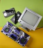 Retro medialne technologie Rozrywka 80s Czarna biała lampa TV, taśma pisak, wideo kaseta, 3d szkła obrazy royalty free