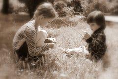 Retro meisje en jongen in openlucht, Stock Foto's