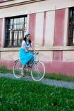 Retro meisje op oude fiets stock foto