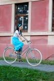 Retro meisje op oude fiets royalty-vrije stock fotografie