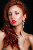 Retro meisje van de schoonheidsmannequin over zwarte achtergrond Het uitstekende Portret van de vrouw van de Stijl Royalty-vrije Stock Foto
