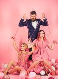 retro meisjes en meester in partijballons vakantie en poppen overheersing en afhankelijkheid Creatief idee Portret van twee vrouw royalty-vrije stock afbeeldingen