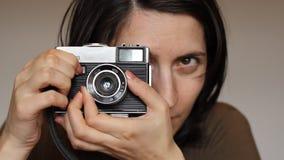 Retro meisjesfotograaf stock videobeelden