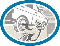 Retro mekanikerChanging Car Tire reparation Royaltyfri Bild