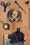 Retro mekanism för klocka för tappningurverkrörelse på trä Royaltyfria Bilder