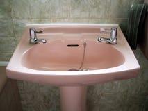 Retro menchia zlew w zielonej łazience Zdjęcia Stock