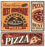 Retro metaaltekens voor pizzeria worden geplaatst die Stock Fotografie