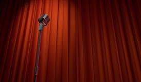 retro microfono 3d sul fondo rosso della tenda Immagini Stock Libere da Diritti
