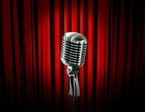 Retro microfono e tenda rossa Fotografia Stock Libera da Diritti