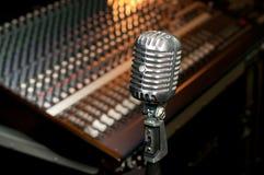 Retro microfono in studio di registrazione Fotografie Stock