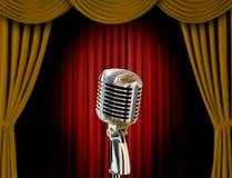 Retro microfoon en gordijnen stock foto