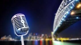 Retro microfoon op stadslichten dat wordt geïsoleerd royalty-vrije stock afbeelding