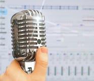 Retro microfoon over de achtergrond van de opnamesoftware Royalty-vrije Stock Foto