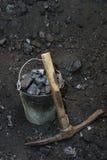 Retro mijnbouw Pikhouweel en het emmerhoogtepunt van stukken van steenkool Royalty-vrije Stock Fotografie