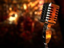 Retro- Mikrofon auf dem Hintergrund eines gemütlichen Cafés Stockbild
