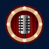 Retro- Mikrofon auf einem Hintergrund von roten Vorhängen stockfotografie