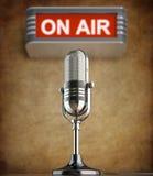 Retro mikrofon i den gamla studion Royaltyfri Foto