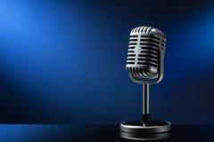 Retro mikrofon på blått Royaltyfri Foto