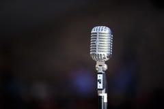 Retro mikrofon på en suddighetsbakgrund Royaltyfri Bild