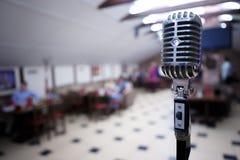 Retro mikrofon på en suddighetsbakgrund Fotografering för Bildbyråer