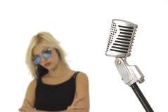 Retro- Mikrofon und Sänger mit Sonnegläsern Lizenzfreies Stockfoto