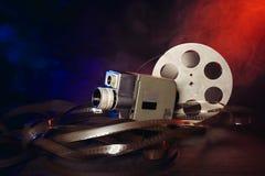 Retro- 8 Millimeter-Filmkamera mit einer Spule des Filmes im Rauche Lizenzfreies Stockbild